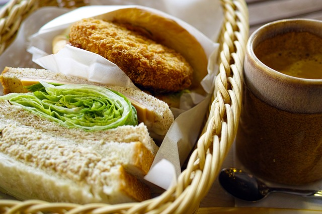 salátek, sendvič, řízek