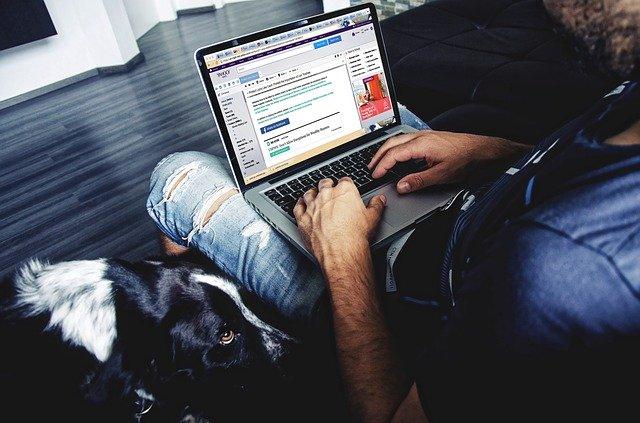 muž pracující na laptopu.jpg