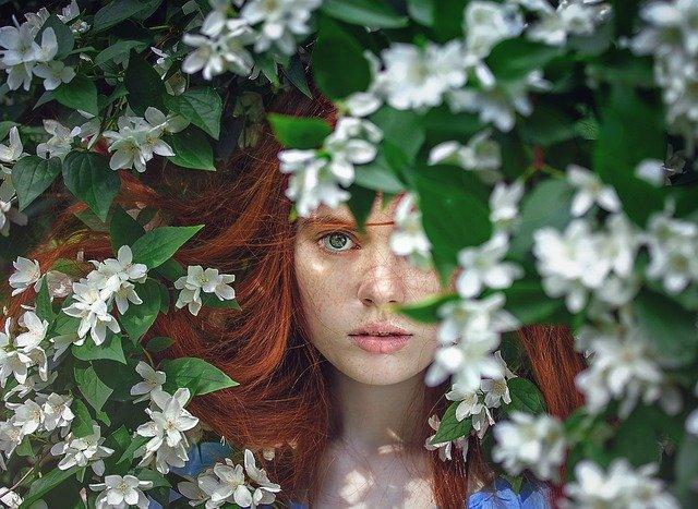 žena mezi květy