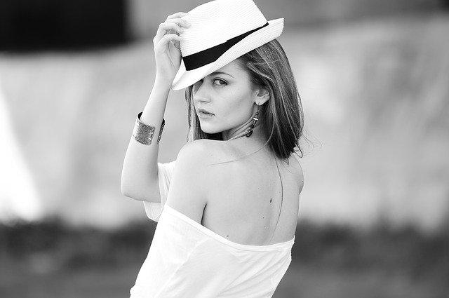 Dívka v klobouku.