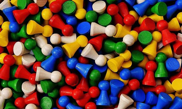 barevné dřevěné figurky