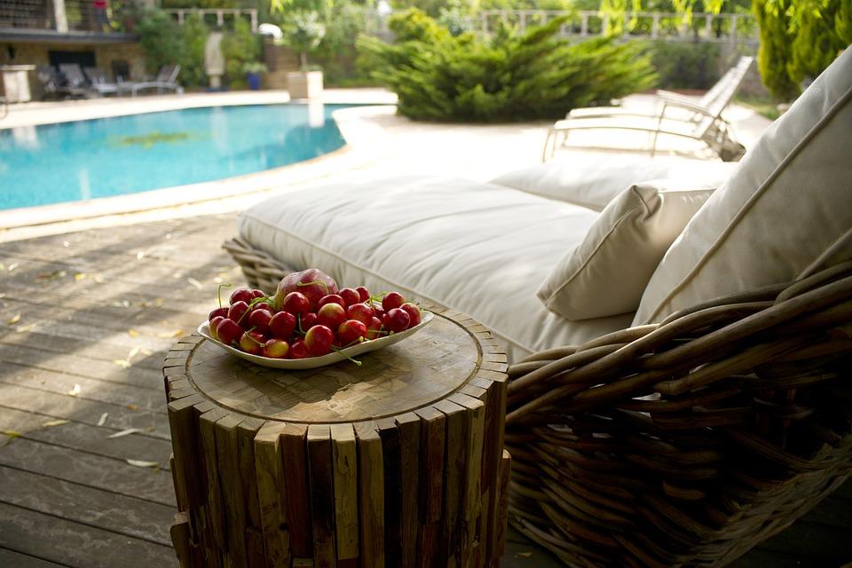 třešně u bazénu